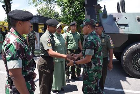 Pindah Satuan, 3 Personel Yonkav 6/NK Diarak Keliling Markas Naik Panser