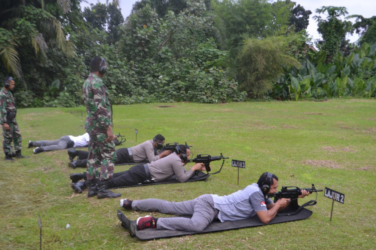 Tingkatkan Soliditas TNI - Polri, Yonkav 6/NK Dan Polsek Sunggal Menggelar Latihan Menembak Bersama