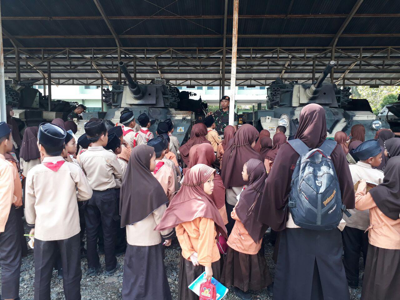 Tumbuhkan Rasa Cinta Tanah Air SD Al-Ikhlas Binjai, kunjungi Yonkav 6/NK