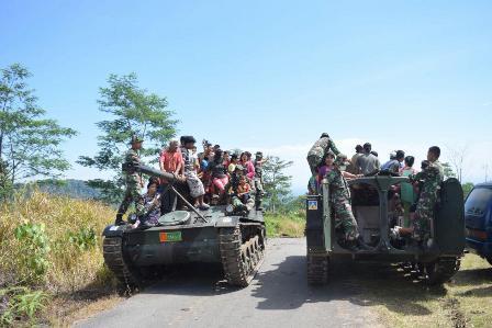 Warga Desa Suka Makmur Joyred bersama Tank AMX 13 Canon Usai Gelar Latihan Menembak